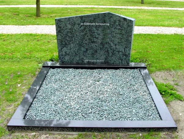 Letterplaat Olive Green graniet omranding Zwart graniet D013