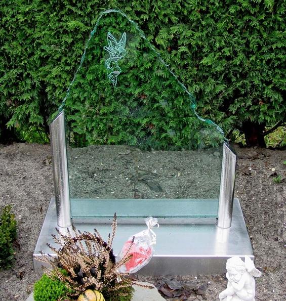 Letterplaat floatglas met geknabbelde rand in RVS zuilen en voetstuk GL004
