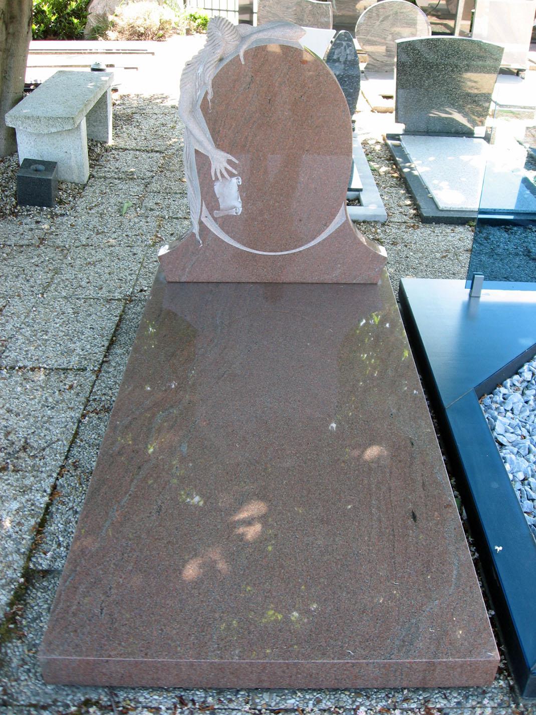 Letterplaat uitgehouwen vrouw en zerk Lieto Red graniet E046