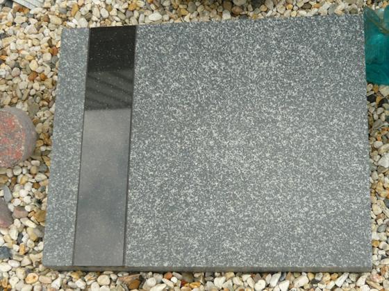 Graftegel in gezoet Impala graniet met strookje Zwart graniet A037