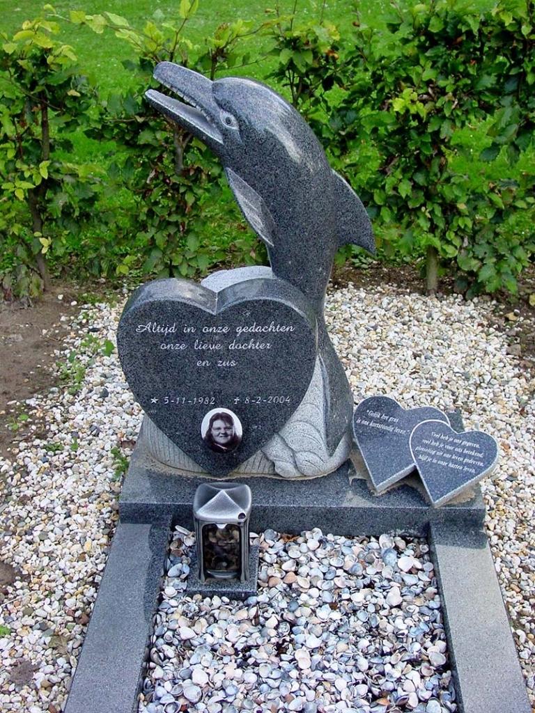 Graf van impala graniet met dolfijn en hart K015