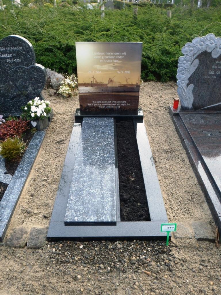 Eigen graf met letterplaat van geprint glas, banden zwart graniet en dekplaat in licht labrador graniet E102