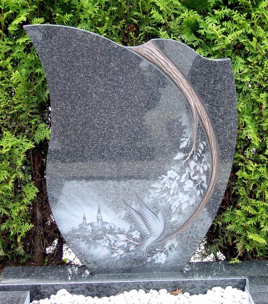 Letterplaat-in-Impala-graniet-met-behakte-tak-en-geetst-landschap-E036