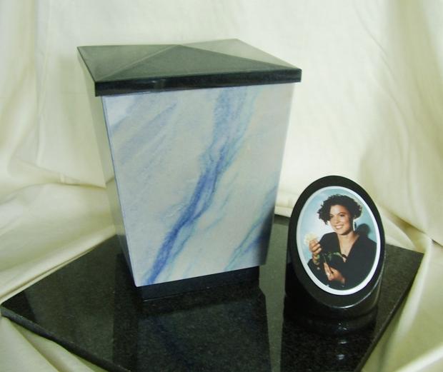 Urn van Azul graniet met zwart granieten afwerking U027