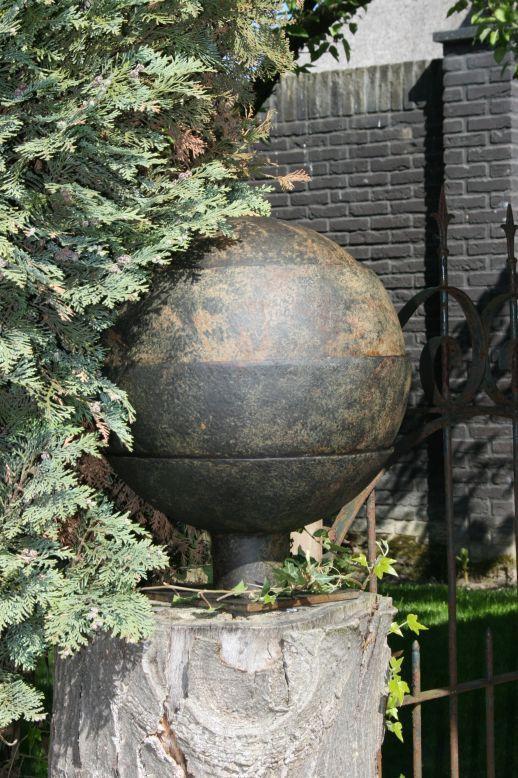 Waterurn op stenen pilaar