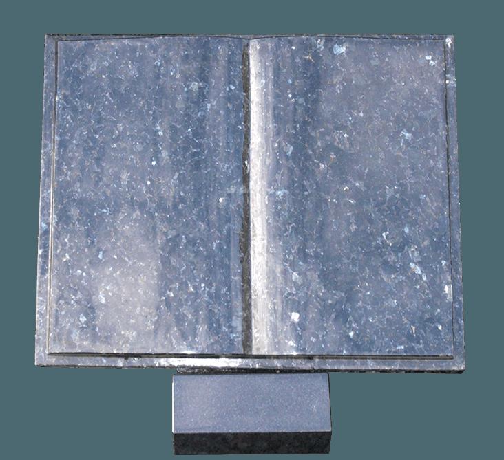 boekje Donker Labrador graniet op betonlessenaar AB100